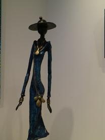Femme Bleu au chapeau et aux bijoux